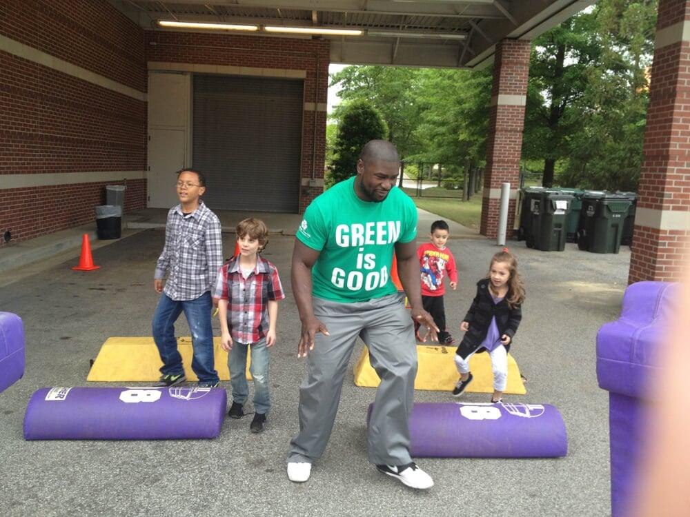 Former Atlanta Falcons fullback, Ovie Mughelli, helping kids get active at the Alive Expo.